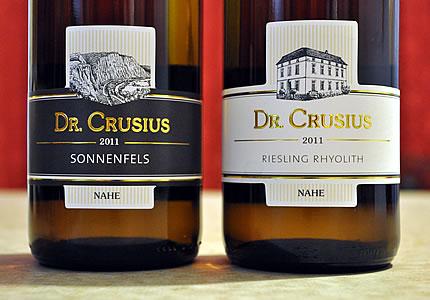 Dr. Crusius mit den Rieslingen Sonnenfels und Rhyolith von der Nahe