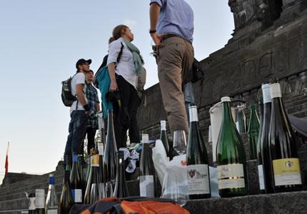 Wein-Flashmob oder der Flaschenmob am Deutschen Eck in Koblenz